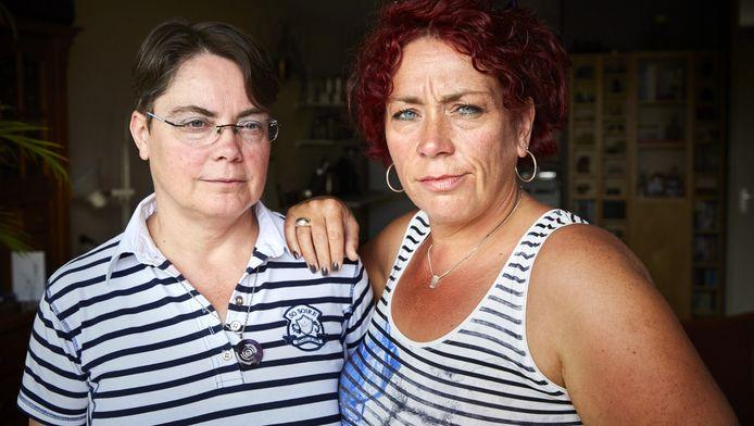 Zussen Rianne (l) en Margaret voelen zich leeg sinds hun ouders zijn omgekomen bij de brand in hun woning.