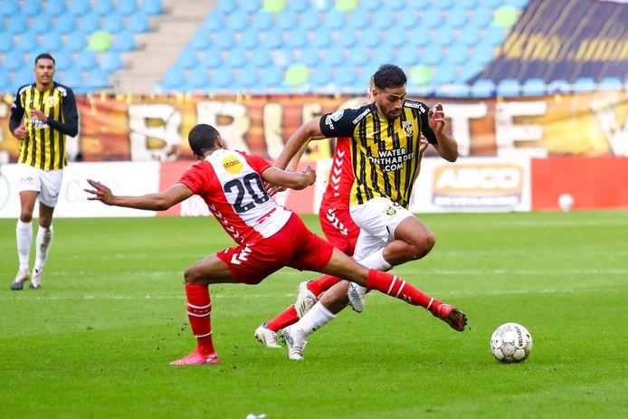 Oussama Tannane danst langs Michael Chacon van FC Emmen.