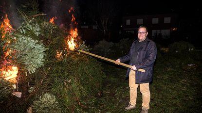 Burgemeester steekt berg kerstbomen in de fik