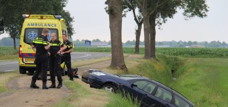 Ongeval in Scheerwolde: moeder met twee jonge kinderen in de sloot