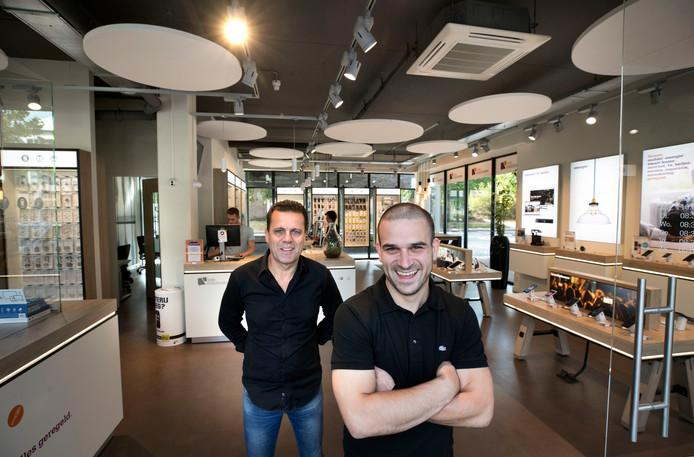 Thijs van Rooij (rechts) staat sinds kort in de tijdelijke Glasvezelwinkel