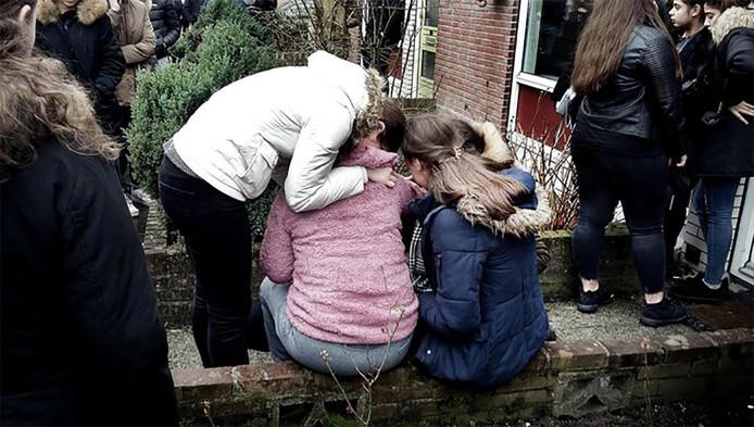 Scholieren en vrienden in februari in Enschede bij de woning van de Turkse jongen Onur.