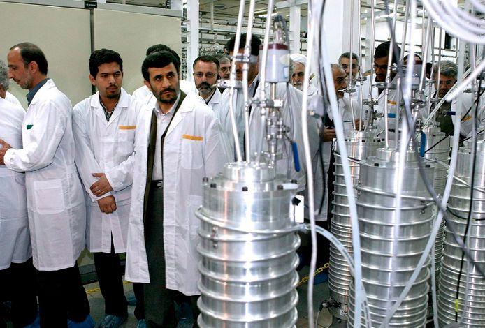De toenmalige president Ahmadinejad tijdens een bezoek aan de nucleaire installatie in Natanz in 2007.