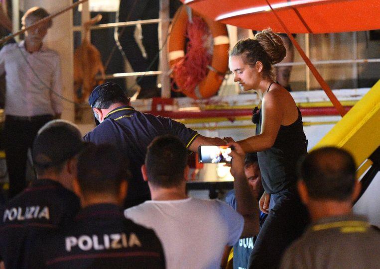 Kapitein Carola Rackete terwijl ze door de Italiaanse politie van de Sea-Watch 3 wordt gehaald in Lampedusa.