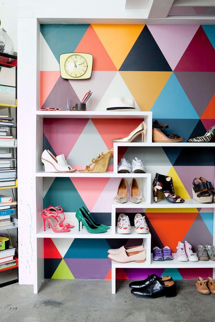 De familiecollectie schoenen pronkt tegen het behangpapier 'Mosaic', een bestseller van Célines merk Bien Fait.
