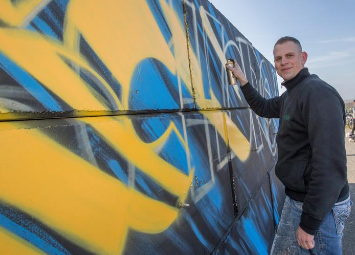 Graffiti-artiest Tom Pieters in actie.