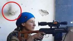 VIDEO: Kogel van IS-sniper zoeft rakelings naast haar hoofd, maar deze strijdster moet er eens goed om lachen