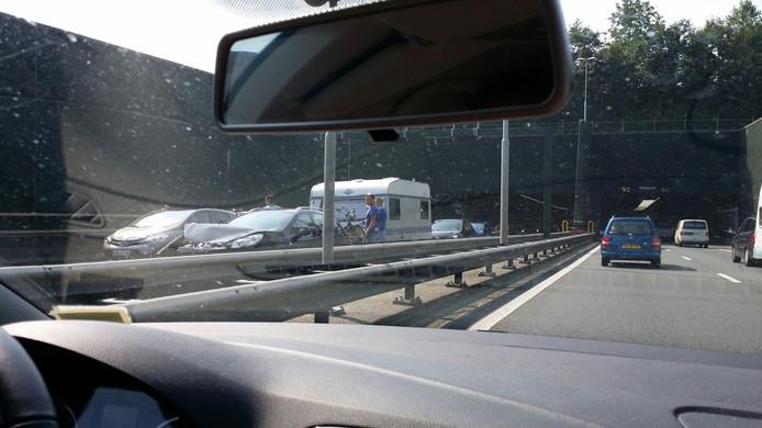 Auto's staan in de file bij de Vlaketunnel.