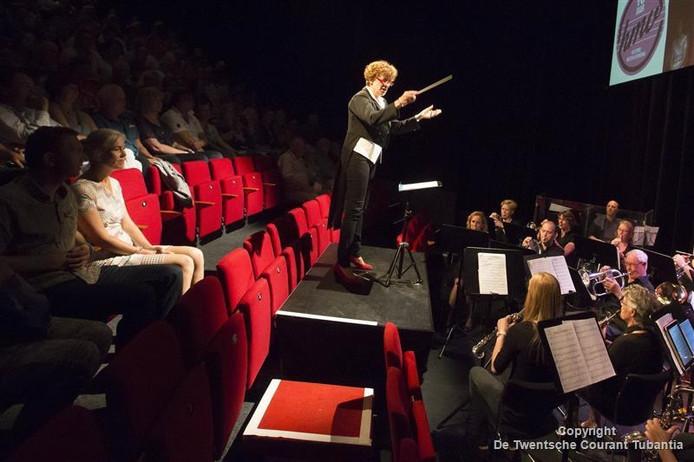 Ria Kappert (op de foto als dirigente) was een van de favorieten, maar moest het afleggen tegen Daphne de Jong die de winnende dirigente werd van Maestro 2016.