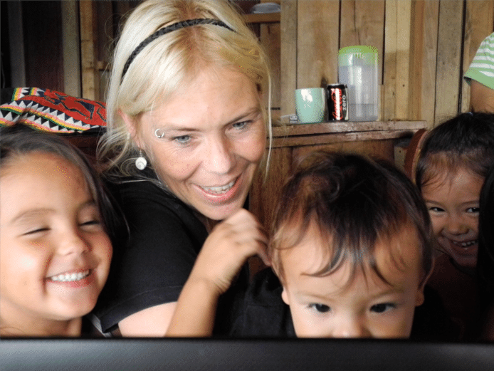 Lara Picavet met kinderen die worden opgevangen in Daauw Village in Laos