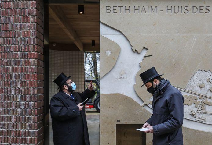 Gideon Coronel (rechts), zoon van Jacques Coronel naar wie het paviljoen is vernoemd, helpt rabbijn Joseph Serfati (links) uit Antwerpen om de mezoeza op de entree te schroeven van nieuwe het bezoekerspaviljoen op Beth Haim.