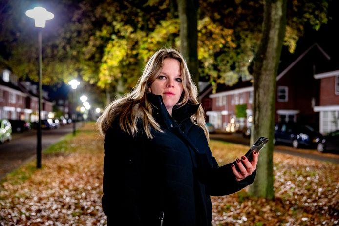 Marieke Brouwer in de straat vlakbij haar woning. Ze is een van de vele melders van misterieuze stankoverlast afgelopen week in Apeldoorn. De brandweer onderzoekt de meldingen.