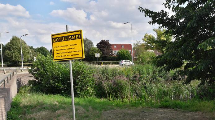 Een waarschuwingsbord voor botulisme bij een vijver in Lindenholt.