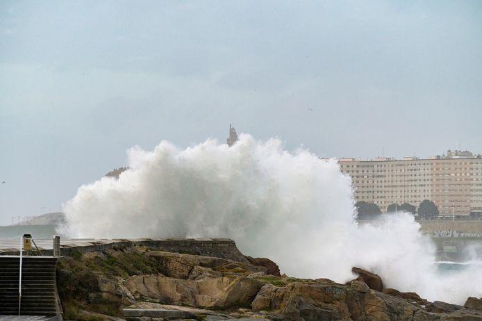 Storm Ciara trok gisteren weg naar Zuid-Europa en hield nog flink huis aan de Spaanse noordwestkust zoals hier in Riazor, bij La Coruña.