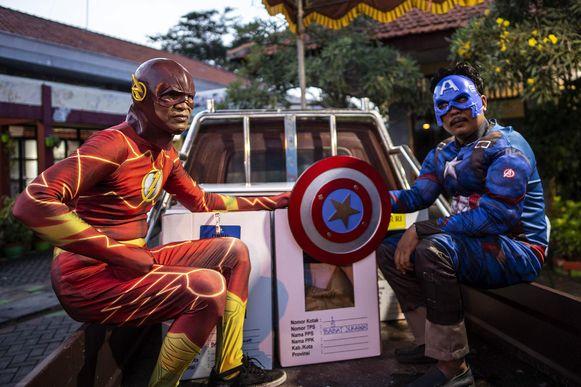Medewerkers van de verkiezingscommissie  hebben zich verkleed als superhelden.