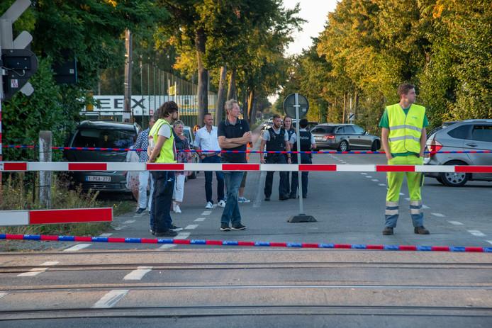 Aan de overweg in Beervelde werd anderhalve meter spoor vernield. Doorgaand verkeer is niet mogelijk over de overweg.