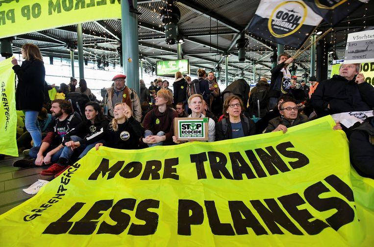 Een klimaatprotest van Greenpeace of Amsterdam Schiphol Airport. Beeld REUTERS