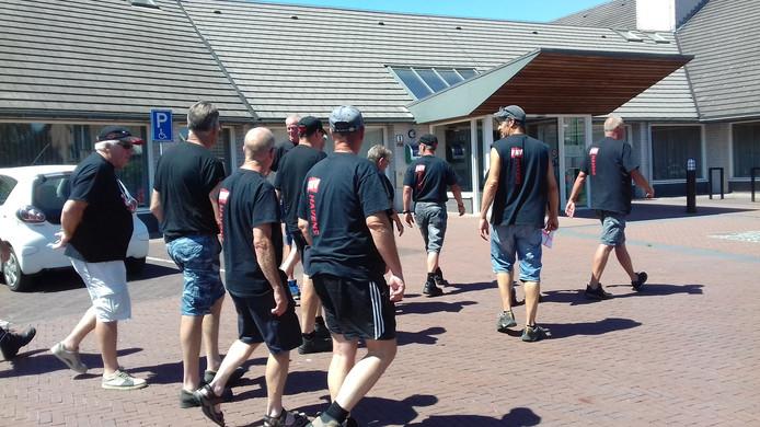 Veermannen op weg naar het gemeentehuis van West Maas en Waal.