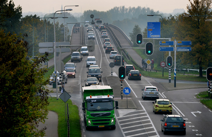 Het is regelmatig druk op de Rijnbrug tussen Rhenen en Kesteren.