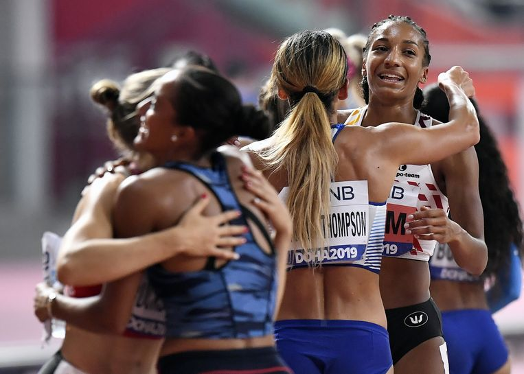 De Britse Katarina Johnson-Thompson, die de gouden medaille veroverde, omhelst Nafi Thiam.