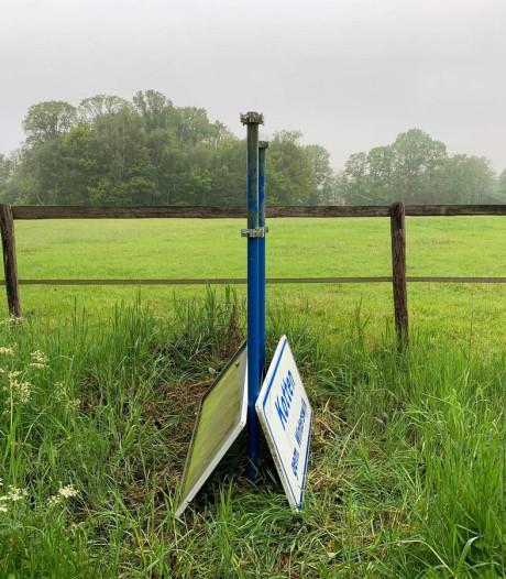 Gestolen buurtschapsborden rond Winterswijk zijn weer teruggezet