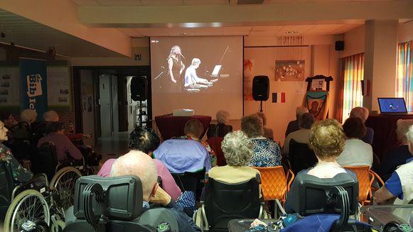 EERNEGEM - De bewoners van Sint-Anne konden via de livestream genieten van een cultuurvoorstelling rond Edith Piaf