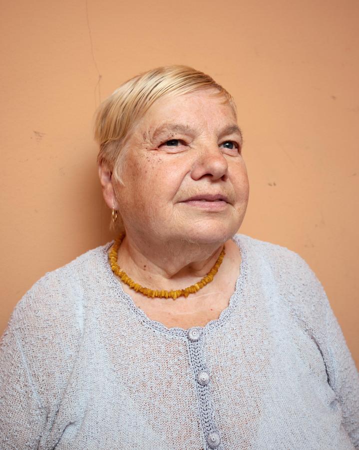 Monika (74). Haar portret maakt deel uit van het project The Europeans van fotograaf Rob Hornstra en schrijver Arnold van Bruggen. Tijdens BredaPhoto is het één van de foto's die bij  heel gewone Bredanaars voor het raam kan hangen