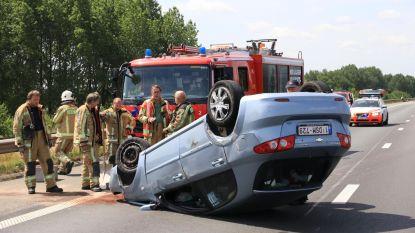 Auto maakt buiteling op E17