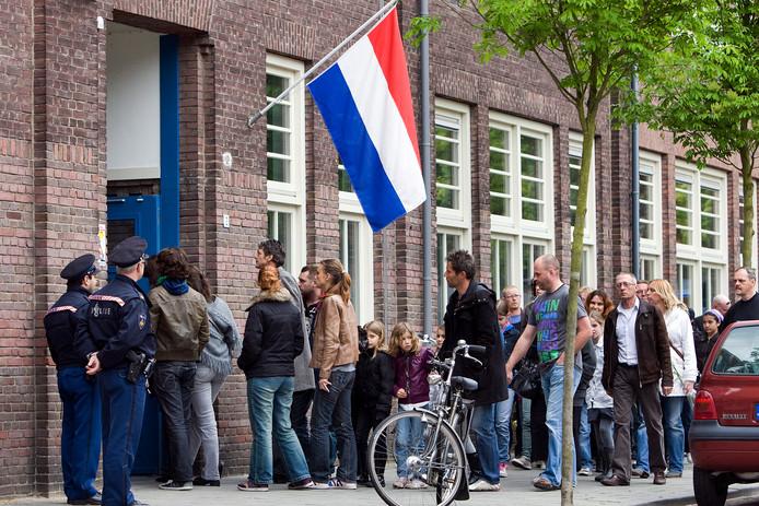 Een lange rij mensen voor een condoleance in Tilburg.