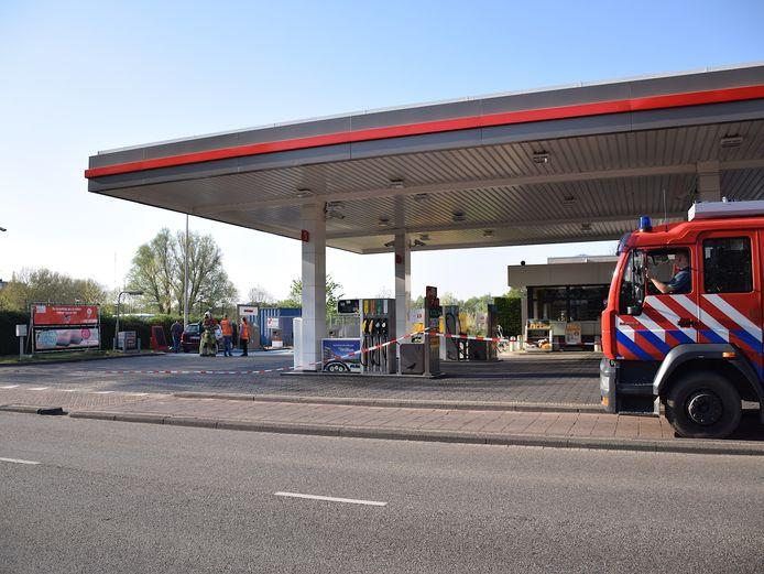 Een man heeft erger weten te voorkomen door brand bij zijn auto man bij een tankstation in Vianen zelf te blussen.