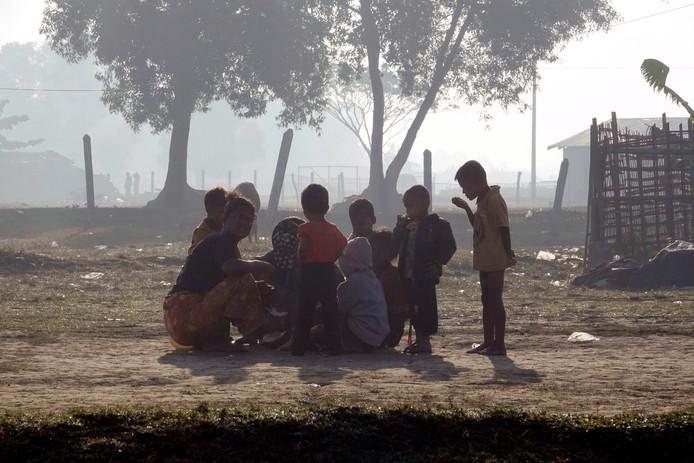 Kinderen verzamelen zich in een vluchtelingenkamp.