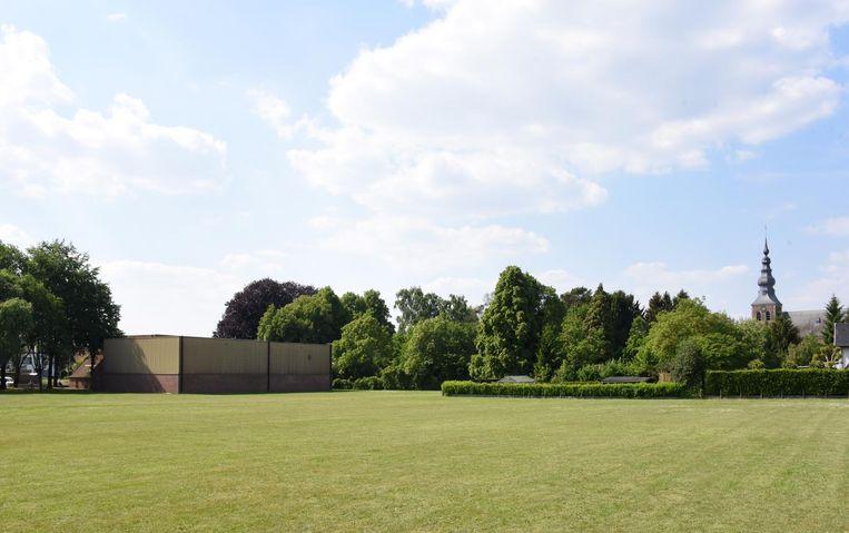 Op deze plaats komt de nieuwe basisschool van Meerhout, achter de sporthal (links) en het kerkhof (rechts).
