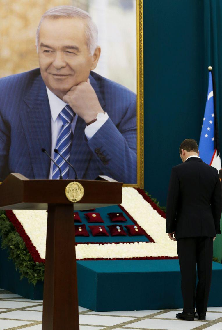 Russisch premier Dmitri Medvedev brengt een laatste groet.