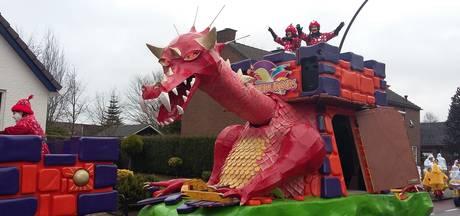 Een draak en een hoop snoep bij de optocht in Zevenaar