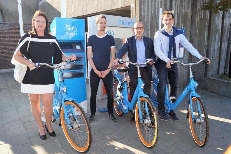 Burgemeester Els De Rammelaere (N-VA), Joeri De Visser van Blue Bike en schepenen Guido Mehuys (sp.a) en Simon Bekaert (sp.a).