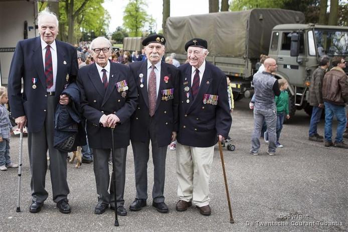 In 2015 bezocht de Brit Ray Cumbley (rechts) samen met andere veteranen Enschede
