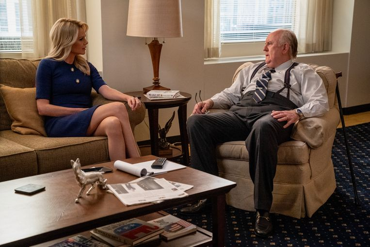 Charlize Theron als Megyn Kelly en John Lithgow als Roger Ailes in Bombshell. Beeld