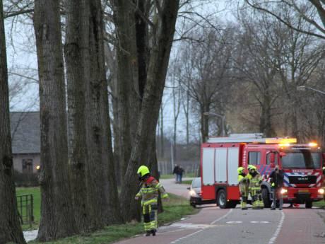 Storm Dennis: opruimen bomen Spijk te gevaarlijk en half dak weggerukt in Landhorst