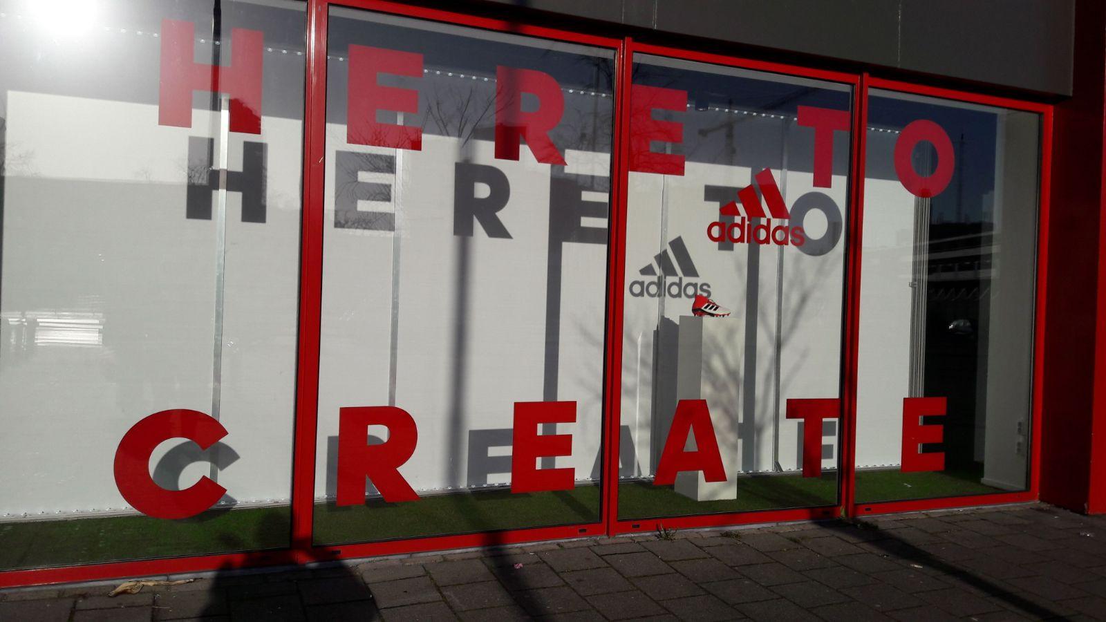 De nieuwe vitrine van de winkel 100% Voetbal in het Philips Stadion.