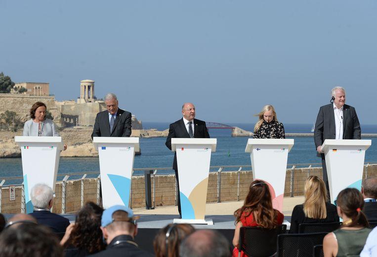 Ministers uit Italië, Malta, Frankrijk en Duitsland staan samen met Europees Commissaris Dimitris Avramopoulos van migratie (tweede van links) de pers te woord tijdens hun 'minitop'. Beeld AFP