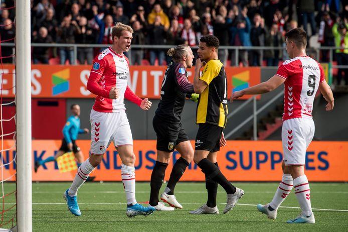 Nikolai Laursen (links) juicht na zijn doelpunt tegen Vitesse.
