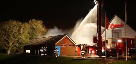 Kleedkamers van voetbalvereniging BZC Brakel volledig afgebrand, ook vrachtwagen vat vlam