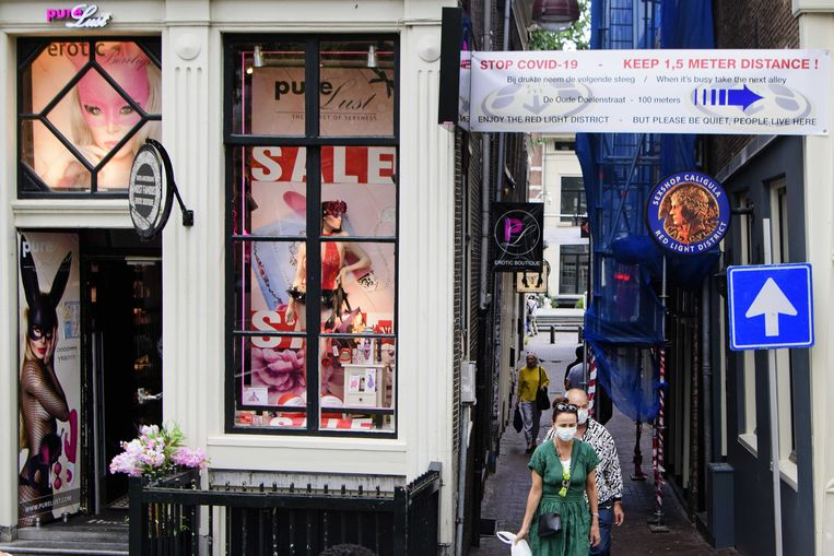 De Veiligheidsregio Amsterdam-Amstelland nam dit weekend extra maatregelen vanwege de toenemende drukte in de binnenstad. Zo werd op de Wallen eenrichtingsverkeer ingesteld voor voetgangers.  Beeld ANP