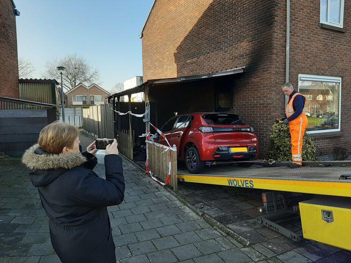 Wilma Hafkamp fotografeert de aftocht van haar uitgebrande auto.