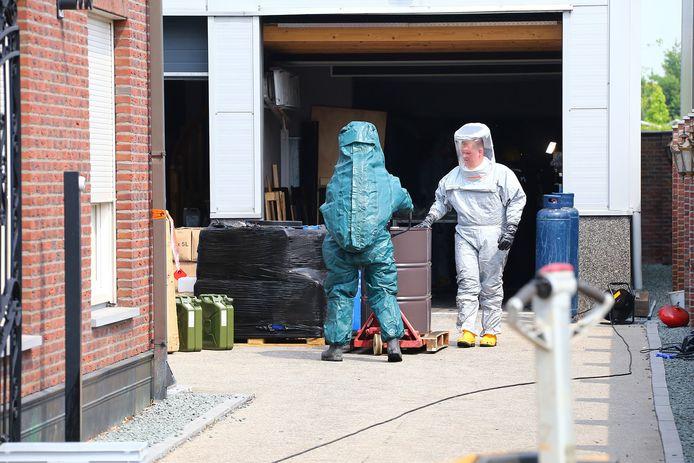 Het drugslab in de Berghemse woonwijk de Piekenhoef wordt ontmantelde door de Landelijke Faciliteit Ontmanteling (LFO).