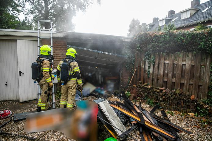 Achter een woonblok aan de Laan van Klarenbeek in Arnhem heeft zaterdag begin van de middag brand gewoed na een blikseminslag.