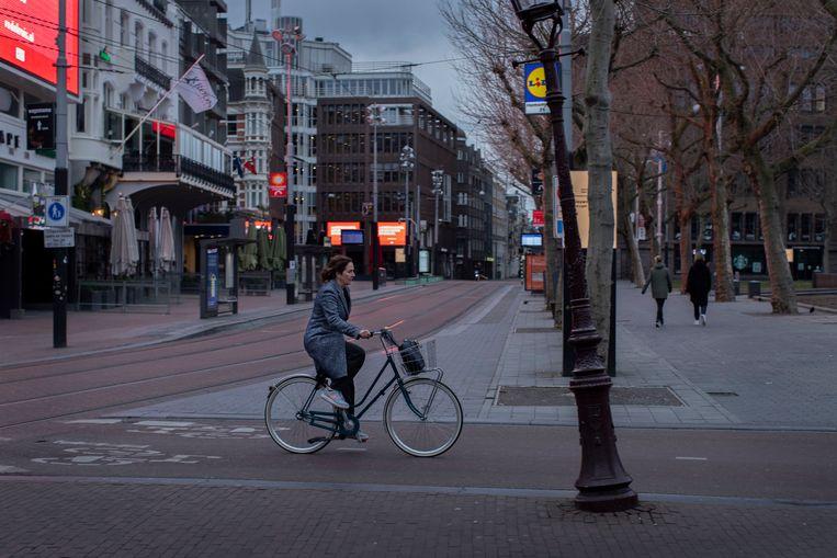 Burgemeester Halsema fietst om half zeven 's avonds over een doods Rembrandtplein van stadhuis naar ambtswoning. Beeld null