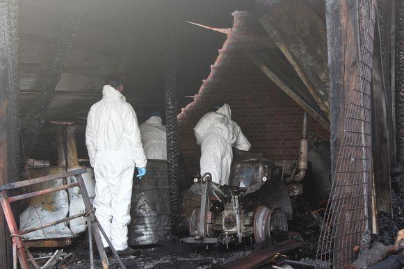 Deskundigen kwamen vrijdag de getroffen gebouwen doorzoeken op sporen van brandstichting