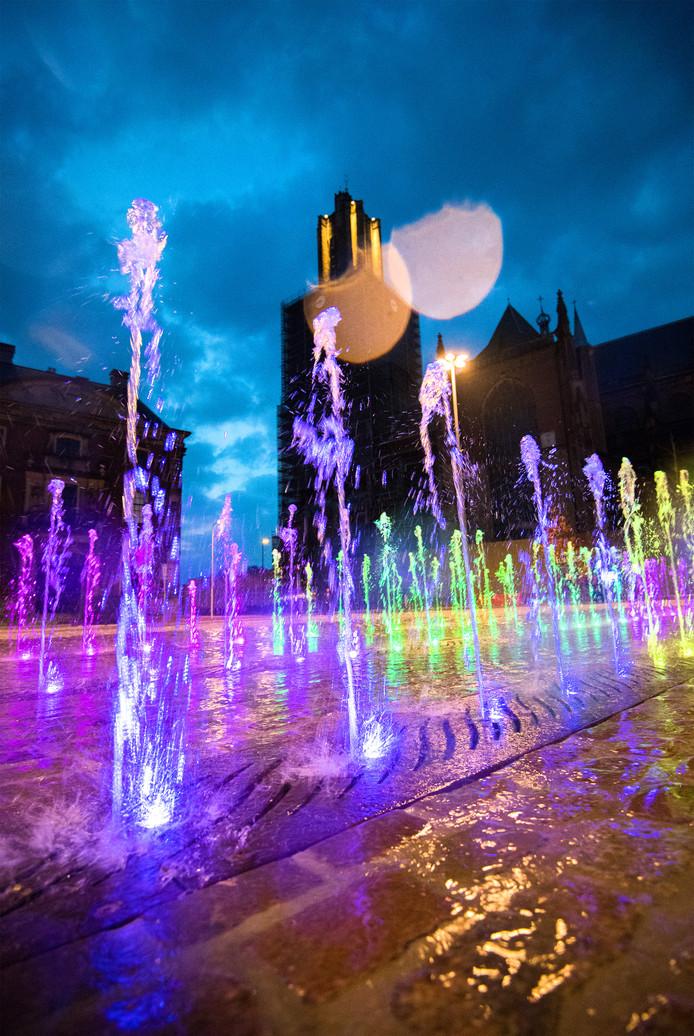 In Arnhem kleurde de nieuwe fontein dinsdagavond alle kleuren van de regenboog uit solidariteit voor Jasper en Ronnie.
