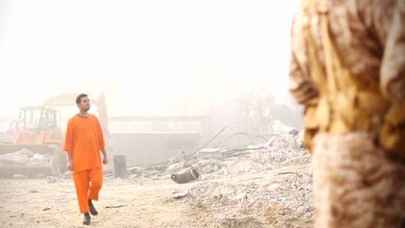 De Jordaanse piloot in de IS-video waarin zijn dood wordt gefilmd.
